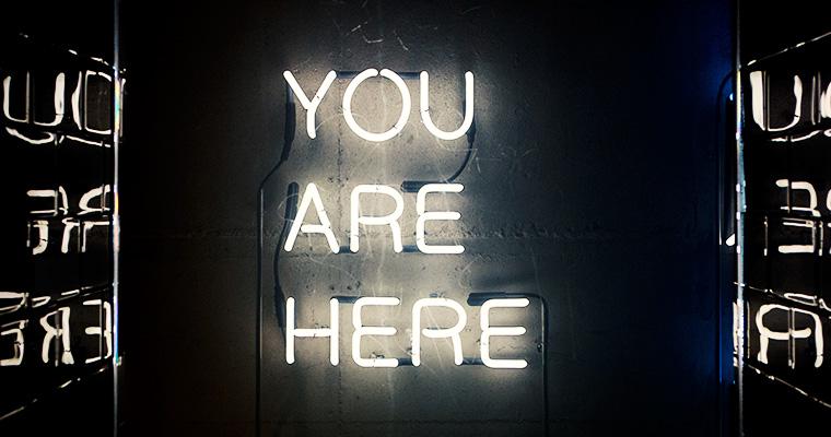 "Leuchtreklame-Schriftzug ""You are here"""